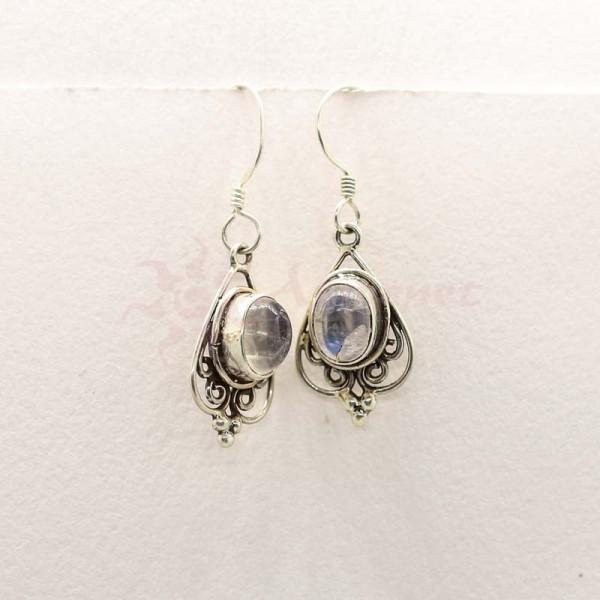 ezüst fülbevaló hagyományos mintával és holdkővel díszítve